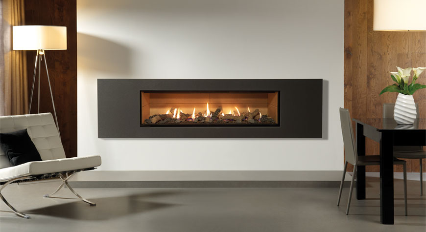 L'insert à gaz Studio 3 Steel 2 en graphite, devanture vitrée, évacuation par ventouse, lit de combustibles effet bûches et revêtement de foyer en vermiculite.