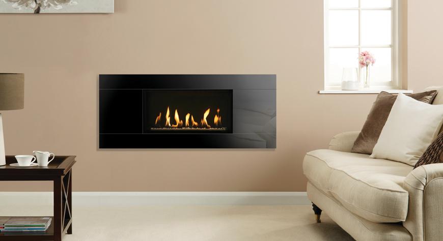 L'insert à gaz Studio Slimline 1 Glass, lit de combustibles en galets blancs et revêtement de foyer noir cannelé.