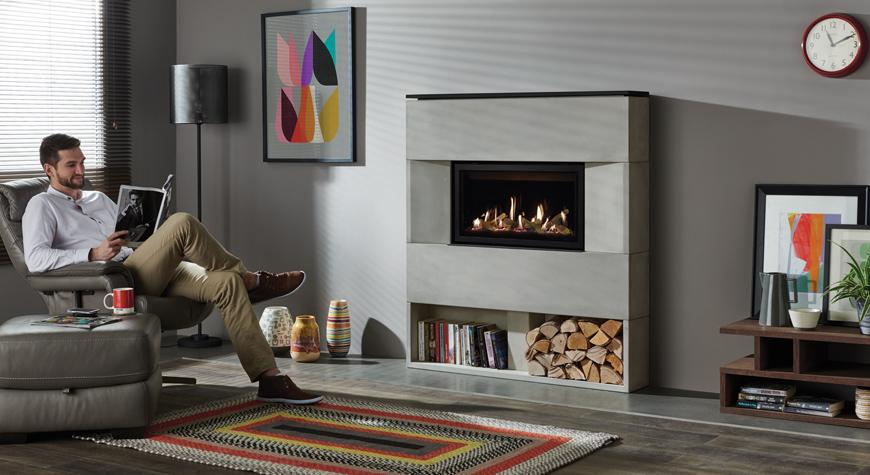 L'insert à gaz Studio 1 Slimline Monaco, lit de combustibles effet bûches et revêtement de foyer en verre noir.