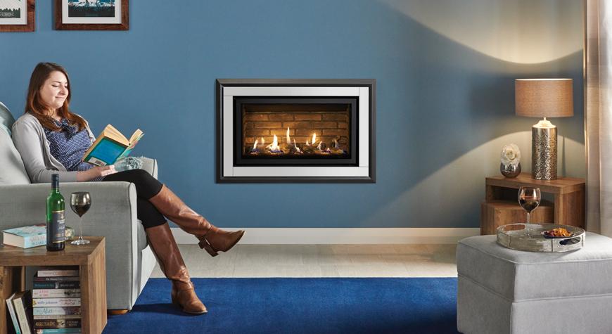 L'insert à gaz Studio 1 Slimline avec cadre Zero Clearance en acier et verre blanc, lit de combustibles effet bûches et revêtement de foyer effet briques.