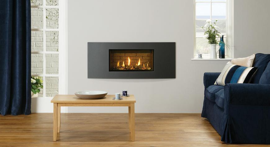 L'insert à gaz Studio 1 Slimline Verve en graphite, lit de combustibles effet bûches et revêtement de foyer effet briques.