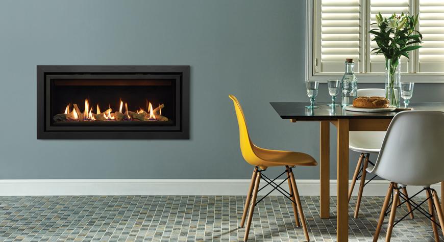 L'insert à gaz Studio 2 Slimline Profil, lit de combustibles effet bûches et revêtement de foyer en verre noir.