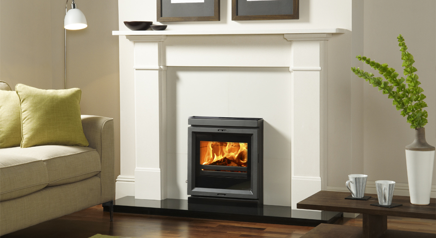 Le chambranle en pierre Claremont de Stovax encadrant l'insert à bois et à multi-combustibles View 7.