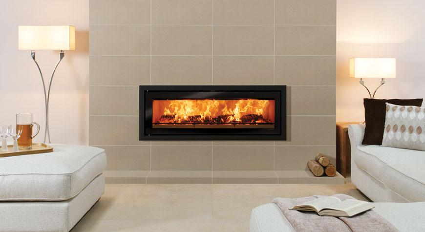 L'insert à bois Studio 3 Profil en noir métallique entouré des carreaux de contour de cheminée Cape Town Grey.