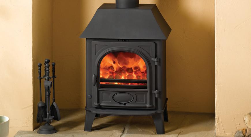 Le poêle à bois et multi-combustibles Stockton 5 de Stovax en noir mat , avec grille de décendrage, petit avaloir et brûlant des bûches.