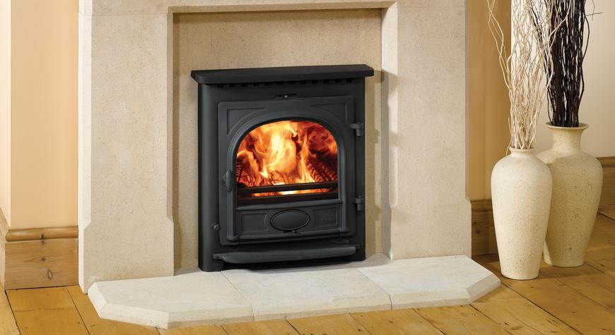 L'insert à bois Stockton 7 de Stovax en noir mat avec dessus plat, système de convection et brûlant des bûches.