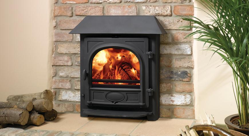 L'insert à bois Stockton 7 de Stovax avec système de convection et avaloir en noir mat et brûlant des bûches.