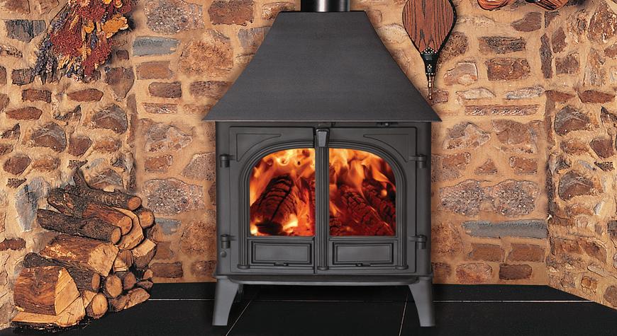 Le poêle à bois & multi-combustibles Stockton 8 de Stovax en noir mat, version porte doubles et brûlant des bûches.
