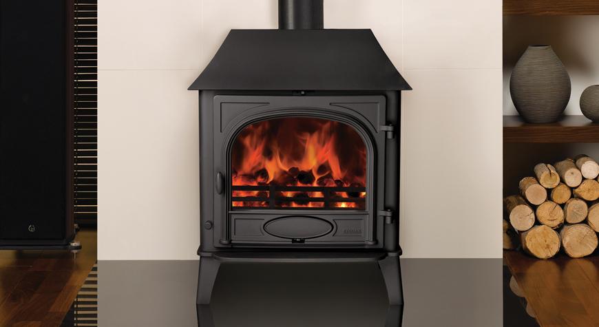 Le poêle à bois & multi-combustibles Stockton 8 de Stovax en noir mat, version porte simple avec petit avaloir.