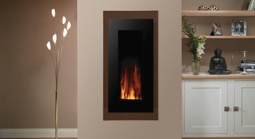 L'insert électrique Studio 22 E-Motiv de Gazco avec verre noir et noyer.