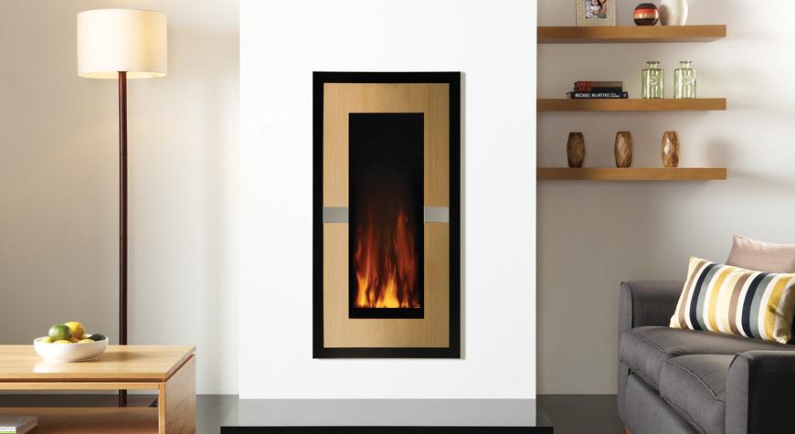 L'insert électrique Studio 22 Evolve de Gazco en chêne moyen avec panneaux latéraux en inox noir.